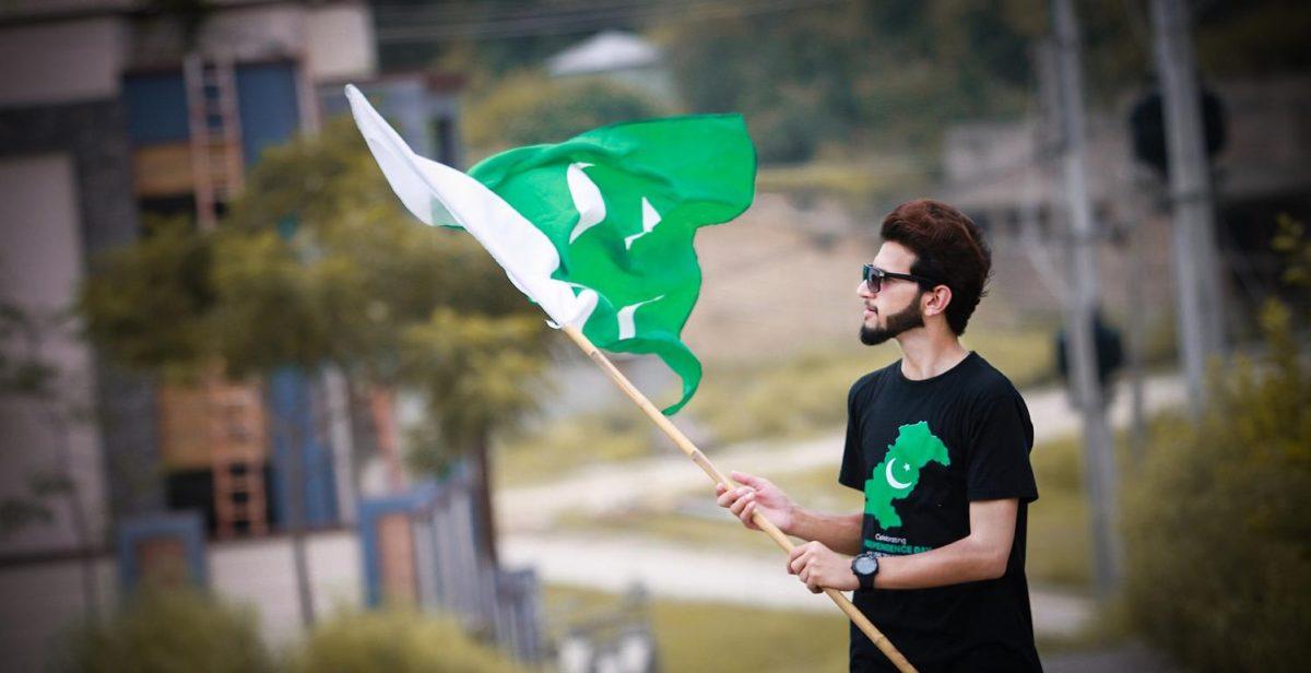 Mann mit pakistanischer Fahne
